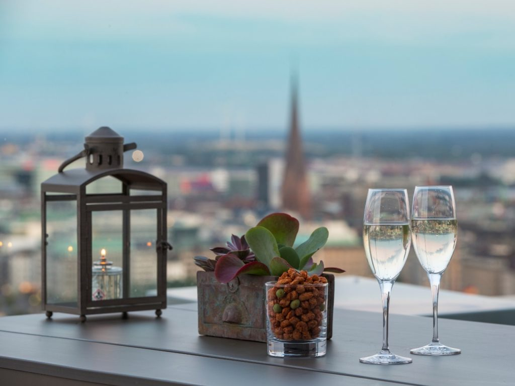 Rooftopbars-in-Hamburg-Dachterrassen-in-Hamburg-Bars-mit-Ausblick-Hamburg-High-End-Bar-Hamburg-Radisson-Hotelbar-Hamburg