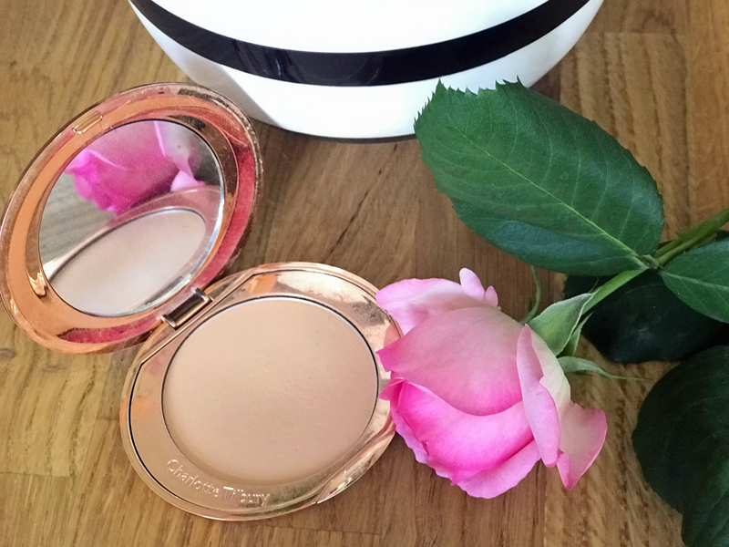 die-besten-beauty-produkte-im-sommer-charlotte-tilbury-airbrush-finish-skin-perfecting-powder